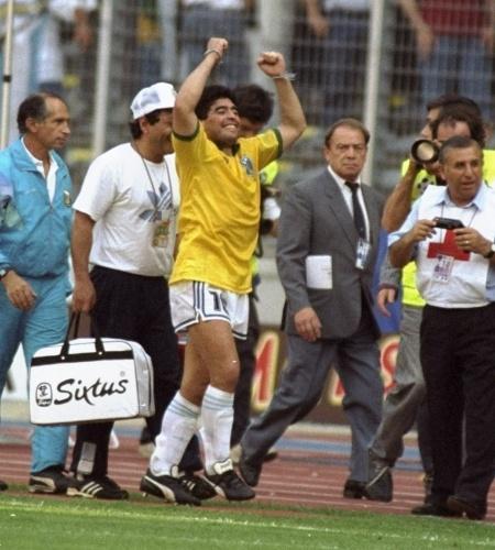 Com a camisa da seleção brasileira, Maradona comemora após levar a Argentina às quartas de final da Copa de 1990