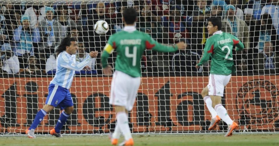Impedido, Carlos Tevez cabeceia e abre o placar para a Argentina contra o México