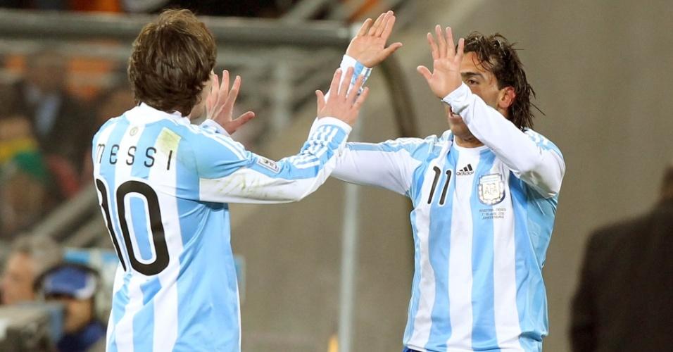 Messi (e) e Tevez comemoram um gol da Argentina na vitória sobre o México