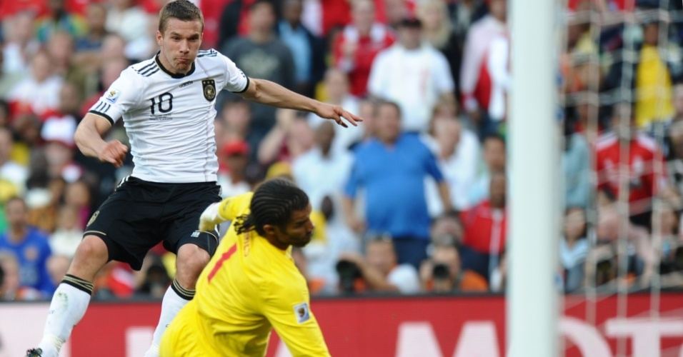 Podolski chuta cruzado, por baixo das pernas do goleiro James, e marca o segundo gol da Alemanha contra a Inglaterra
