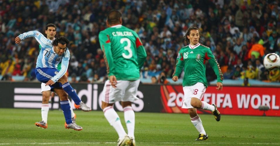 Tevez dispara um forte chute de longe e marca seu segundo gol, o terceiro da Argentina sobre o México