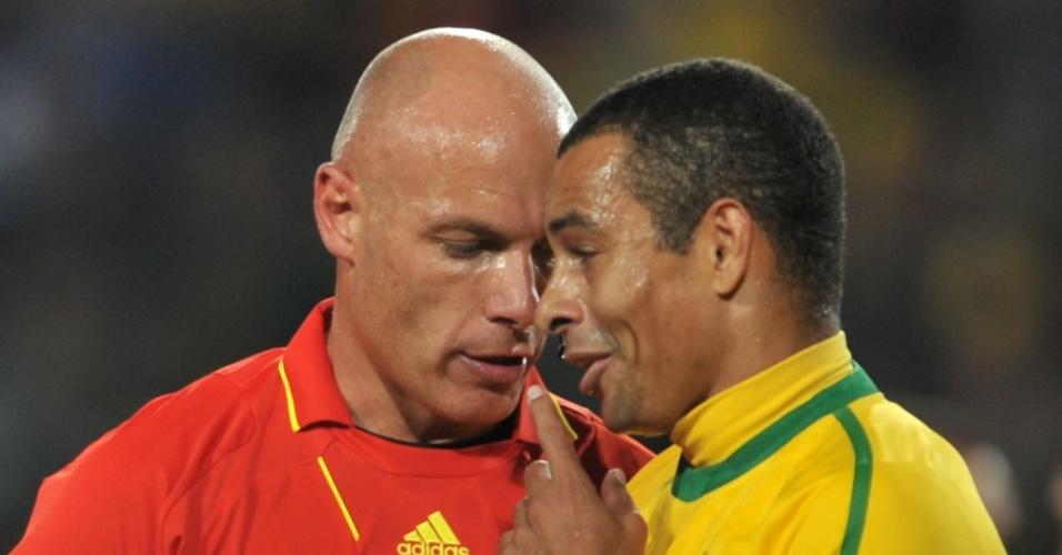 Gilberto Silva argumenta com o árbitro Howard Webb durante a partida contra o Chile