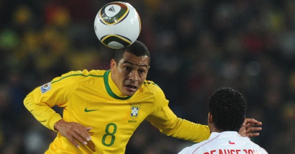 Gilberto Silva cabeceia a bola na frente de Beausejour no jogo entre Brasil e Chile