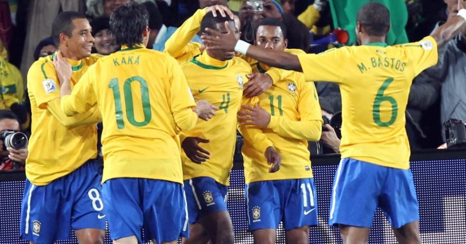 Jogadores do Brasil comemoram o primeiro gol contra o Chile, marcado por Juan