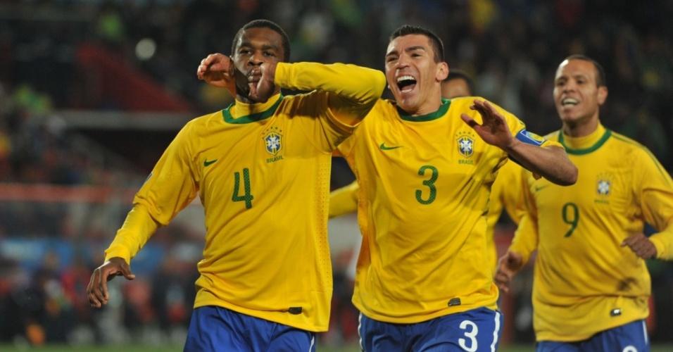 Juan (4) comemora ao marcar o primeiro gol do Brasil contra o Chile em 2010