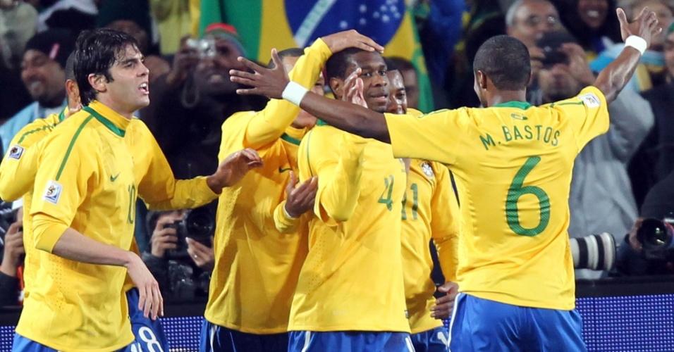 Juan (4) é parabenizado pelos companheiros ao abrir o placar para o Brasil contra o Chile