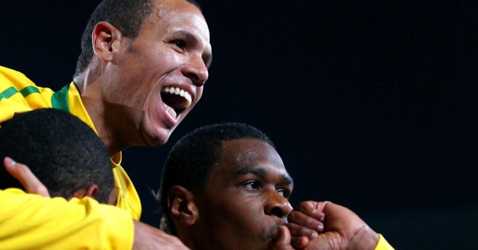 Juan (d) abriu o placar para o Brasil contra o Chile, e Luis Fabiano (c) fez o segundo gol