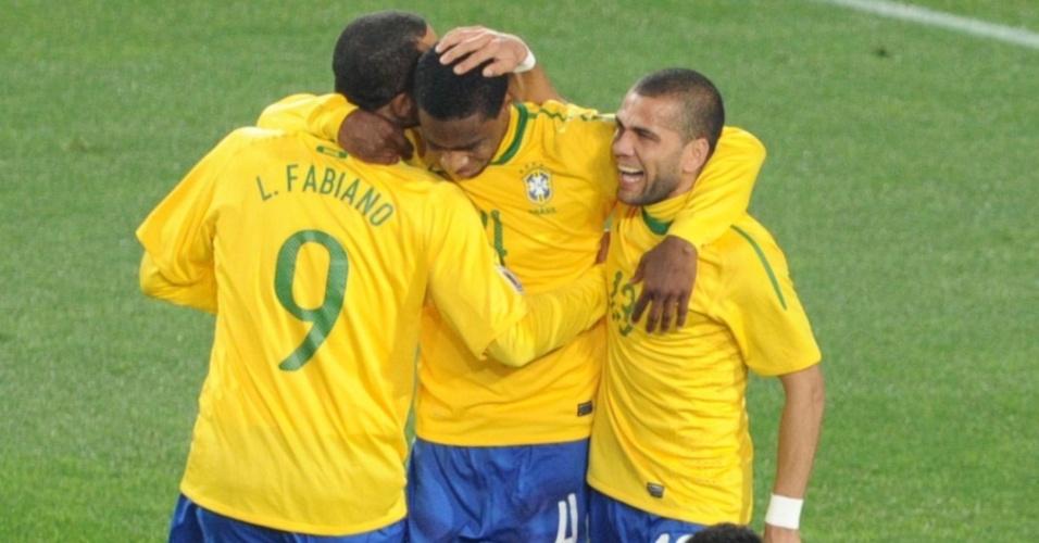 Juan, Luís Fabiano, Daniel Alves e Lúcio comemoram o primeiro gol do Brasil contra o Chile