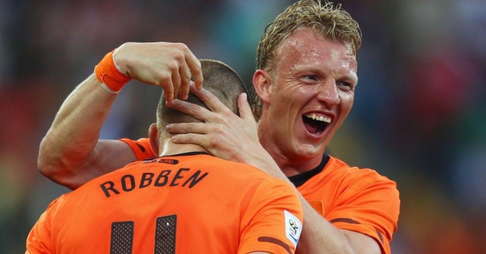 Kuyt abraça Robben após gol da Holanda contra a Eslováquia
