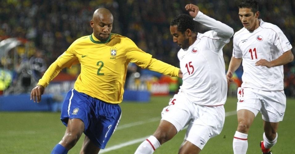 Maicon tenta passar por Beausejour no jogo entre Brasil e Chile