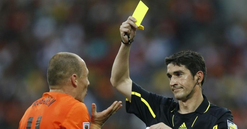 O a´rbitro espanhol Alberto Undiano mostra o cartão amarelo para Robben no jogo Holanda x Eslováquia
