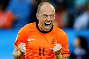 Robben cerra os punhos comemorando o seu gol pela Holanda contra a Eslováquia