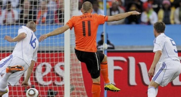 Robben chuta rasteiro e abre o placar para a Holanda contra a Eslováquia