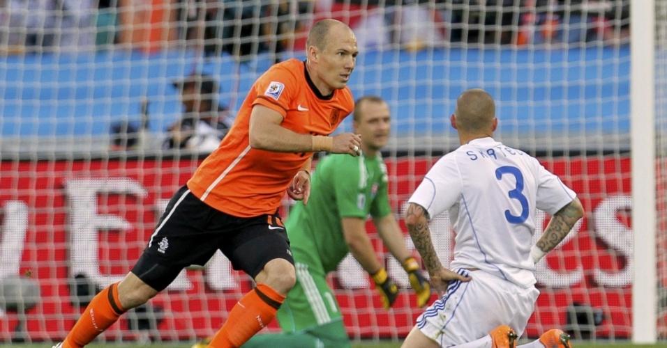 Robben parte para a comemoração ao marcar o primeiro gol da Holanda contra a Eslováquia
