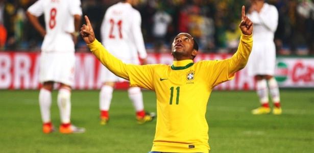 Robinho levanta os braços e comemora gol do Brasil