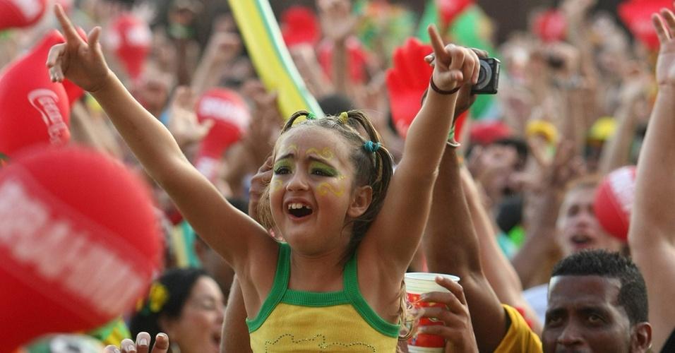 Torcedora comemora gol do Brasil na praia de Copacabana