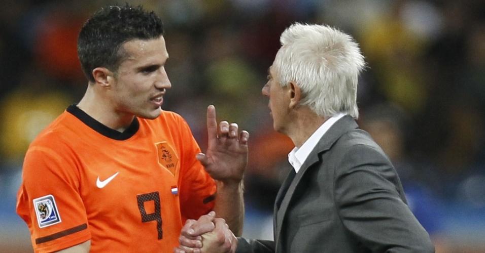 Van Persie reclama com o técnico Bert Van Marwijk ao ser substituído na partida contra a Eslováquia