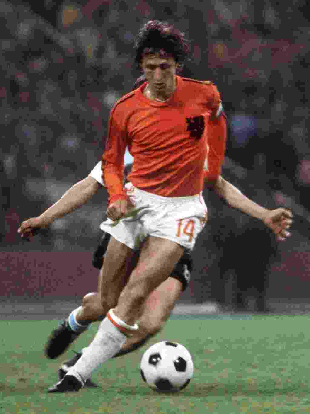 Johan Cruyff, da Holanda, domina a bola durante a final da Copa do Mundo de 1974, contra a Alemanha Ocidental, em Munique - AFP PHOTO