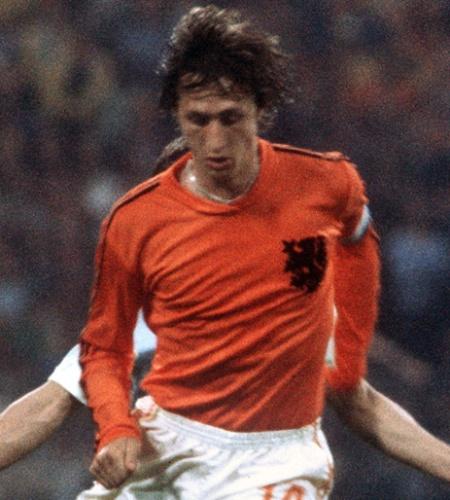 Johan Cruyff, da Holanda, domina a bola durante a final da Copa do Mundo de 1974, contra a Alemanha Ocidental, em Munique