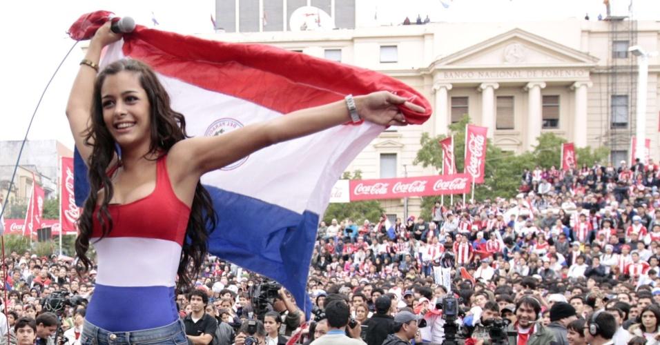 Modelo Larissa Riquelme comanda a torcida paraguaia em Assunção