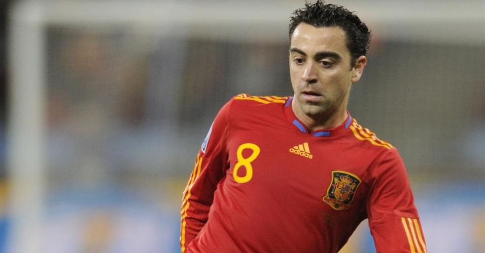 O espanhol Xavi Hernández domina a bola contra Portugal