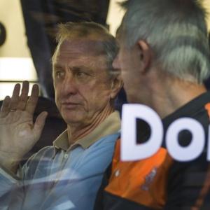 Ex-craque holandês Johan Cruyff (e) conversa com técnico da seleção, Bert van Marwijk