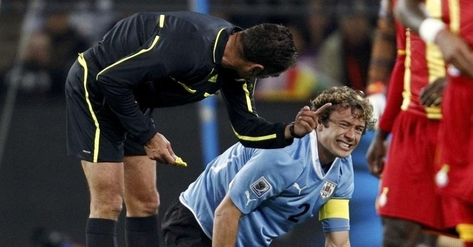 Diego Luano fica caído no chão e sente dores no joelho. Uruguaio teve de ser substituído ainda no primeiro tempo da partida contra Gana