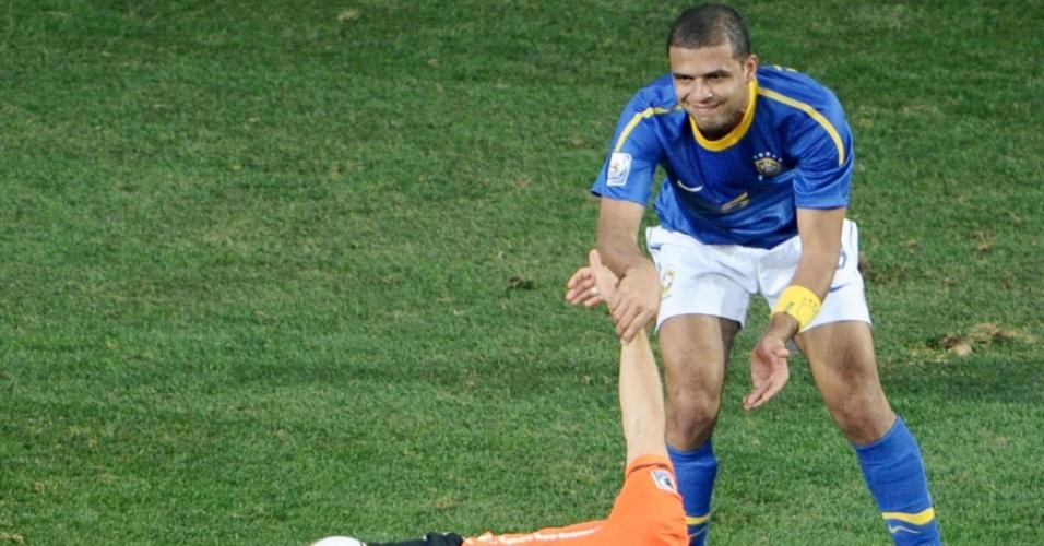 Felipe Melo comete falta em Robben e é expulso na partida entre Brasil e Holanda