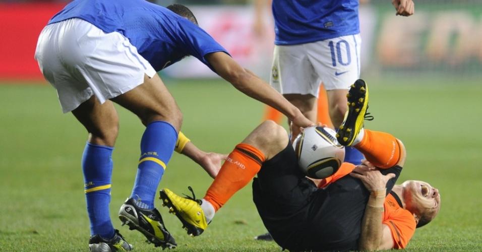 Felipe Melo tenta pegar a bola de Robben após fazer falta dura no holandês. O brasileiro acabou expulso na jogada