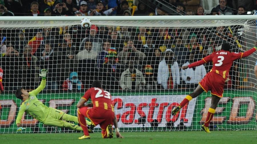 Ganense Gyan cobra pênalti no último lance da prorrogação contra o Uruguai, e a bola bate na trave - AFP PHOTO / PEDRO UGARTE