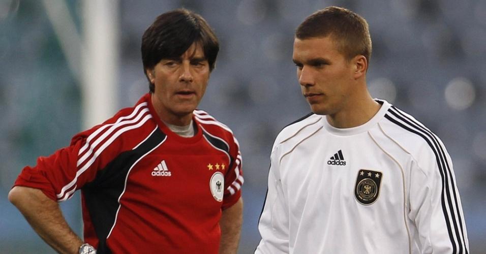 Joachim Löw e Lukas Podolski durante treino da seleção alemã