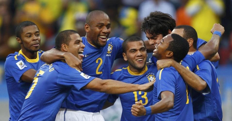 Jogadores brasileiros comemoram o gol de Robinho, o primeiro contra a Holanda