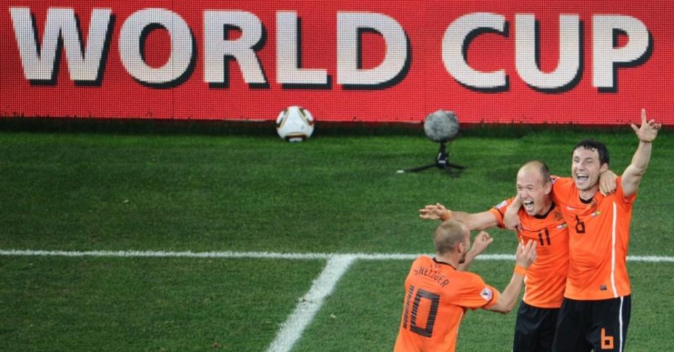 Jogadores da Holanda festejam a vitória sobre o Brasil e a classificação às semifinais da Copa