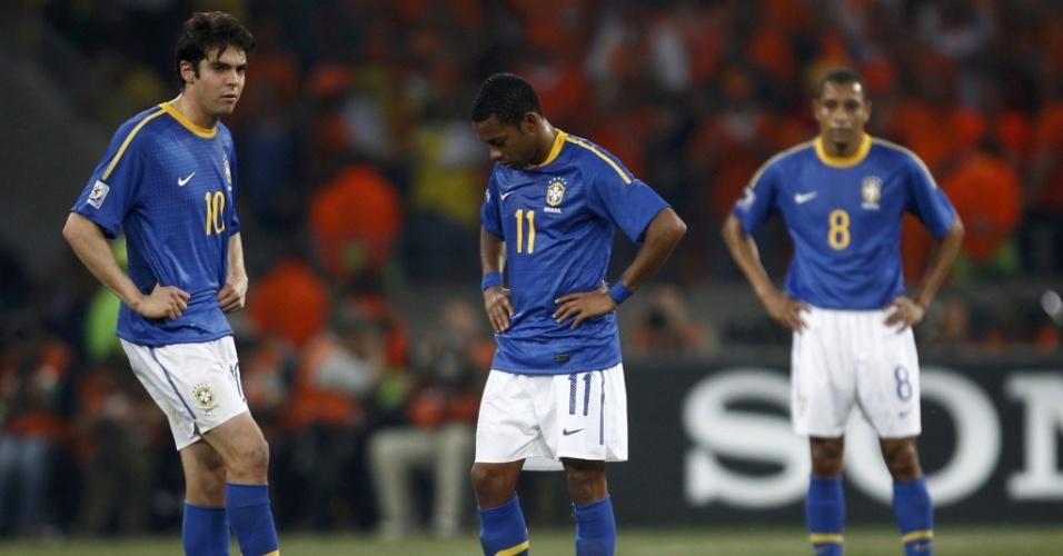 Kaká (e) e Robinho se preparam para a saída de bola após o segundo gol da Holanda