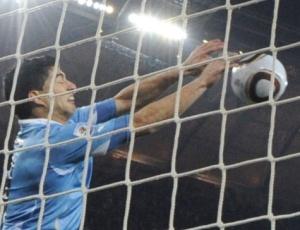 Na considerada por muitos como sendo a imagem da Copa, Luis Suárez evita o gol de Gana no último lance do jogo e provocou um debate mundial sobre a atitude