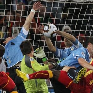 Luis Suarez tira bola com a mão no último lance da prorrogação entre contra Gana e está fora da semi