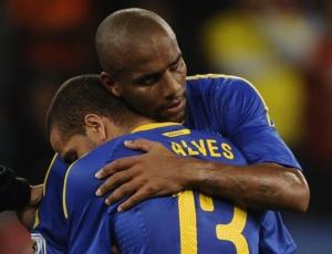 Maicon consola Daniel Alves após a derrota para a Holanda e a eliminação brasileira na Copa do Mundo