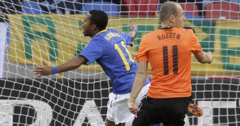 Marcado por Robben, Robinho parte para a comemoração ao marcar um gol contra a Holanda