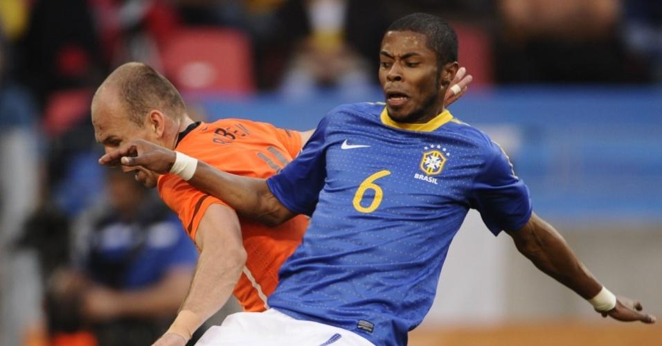Michel Bastos e Robben em lance do jogo entre Brasil e Holanda