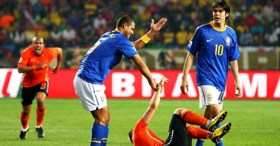 Observado por Kaká, Felipe Melo tenta levantar Robben no lance da expulsão na Copa