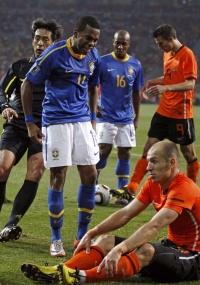 Robinho segue brigando com Robben