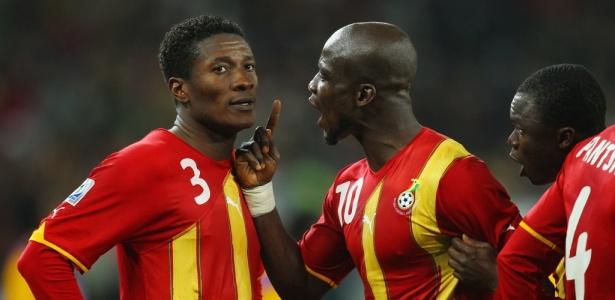 Appiah discute com Asamoah Gyan, que desperdiçou pênalti para Gana contra o Uruguai em 2010