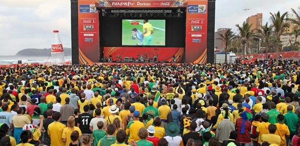 Torcedores assistem à partida da Copa do Mundo de 2010 na Fan Fest de Durban, na África do Sul