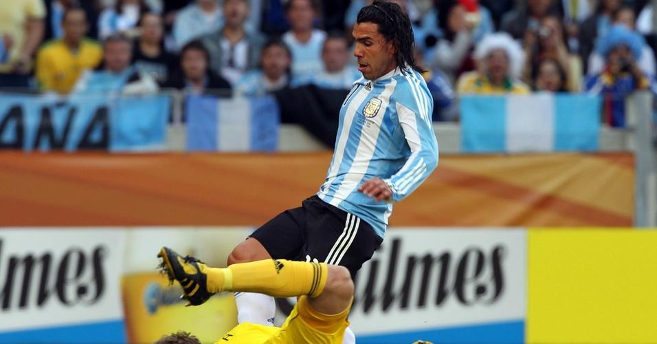 Goleiro alemão Neuer se antecipa ao argentino Tevez e fica com a bola