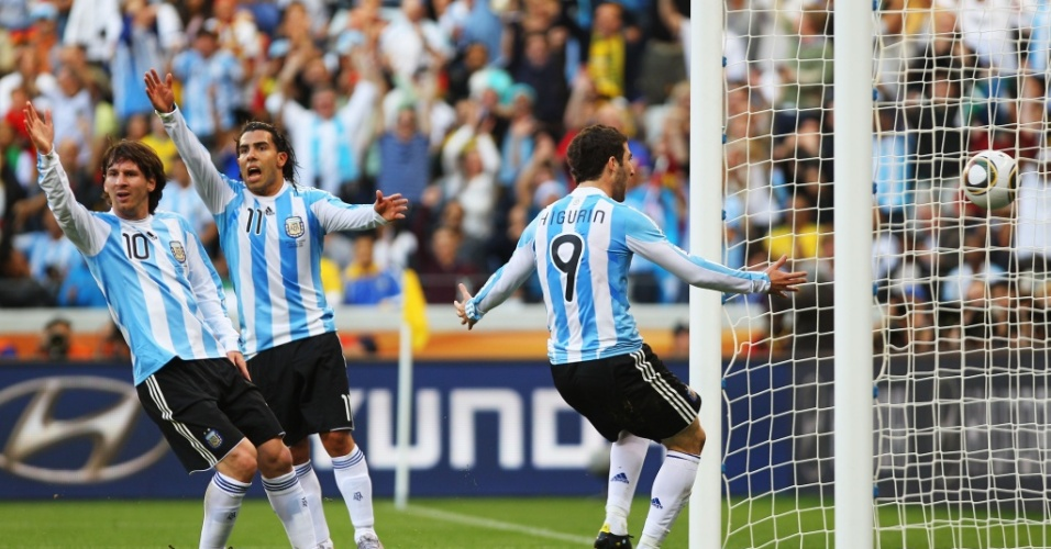 Higuaín marca para a Argentina contra a Alemanha, mas o gol é corretamente anulado, e Messi e Tevez reclamam