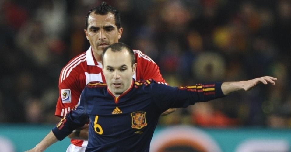 Iniesta (6) domina a bola com Claudio Morel na marcação, no jogo Espanha x Paraguai