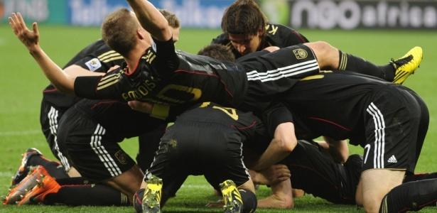 Jogadores da Alemanha comemoram gol de Friedrich na goleada sobre a Argentina: 4x0