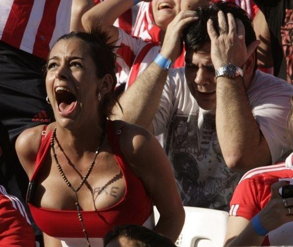 Larissa Riquelme lamenta derrota do Paraguai durante a Copa do Mundo de 2010