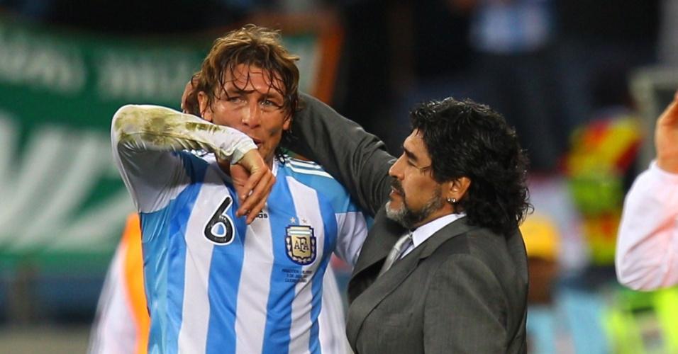 Maradona consola Heinze após a derrota para a Alemanha e a eliminação argentina na Copa