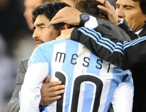 Maradona consola Messi após derrota argentina; técnico foi aclamado na volta e ainda pode ficar